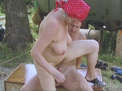 Alte Oma wird vom Stallburschen gefickt