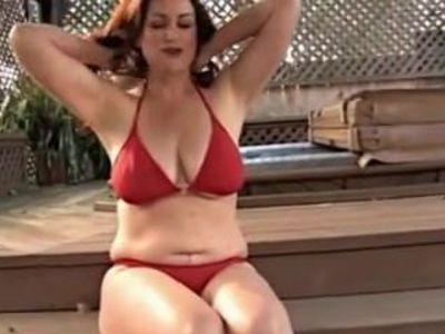 Jolie brune a la piscine