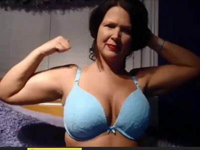 Big-titted MILF flexes on cam