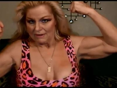 American MILF flexes her really good biceps