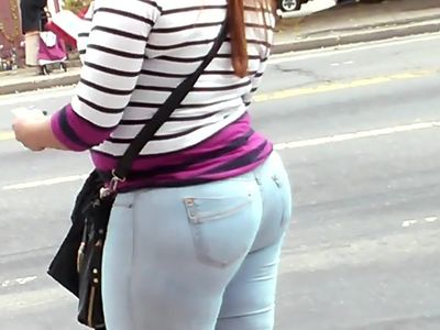 BIG BOOTY DOMINICAN MATURE IN JEANS CANDID