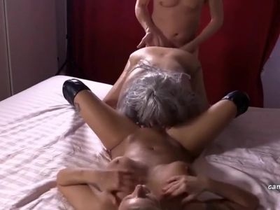 Live Porno vor der Webcam mit zwei reifen Weibern