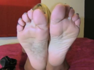 ++ MATURE MOM SHOWING HER FEET & SOLES ++ More at destyy.com/wkJfAs