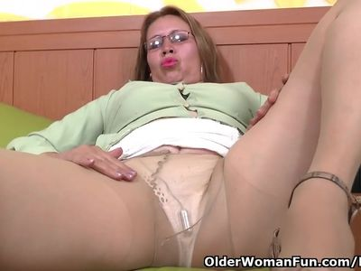 Latina milf Cintia needs to fulfill her desire