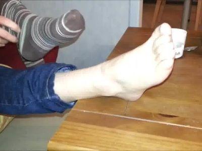 Elle enleve ses chaussettes