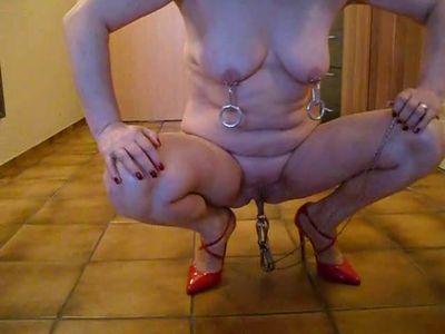 nackte ehenutte, piercing, high heels