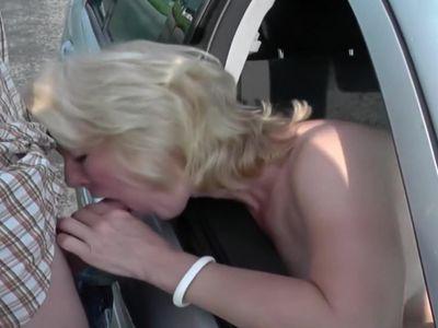 Amateur fucking in car