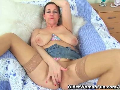 English milf Eva Jayne works her fanny with fingers