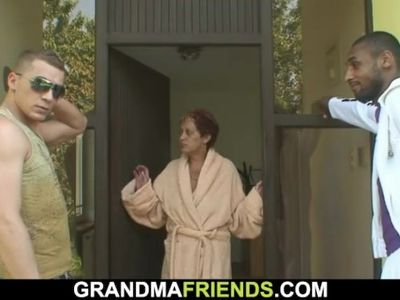Interracial threesome with her old mommy