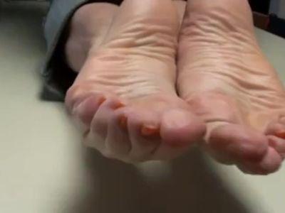 GoldSole57 Cum on Mommy's Feet