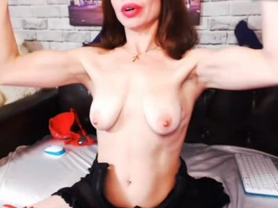 Cam lady with sexy biceps