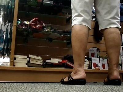 candid mature feet close up 2 [NOT MY WORK!]